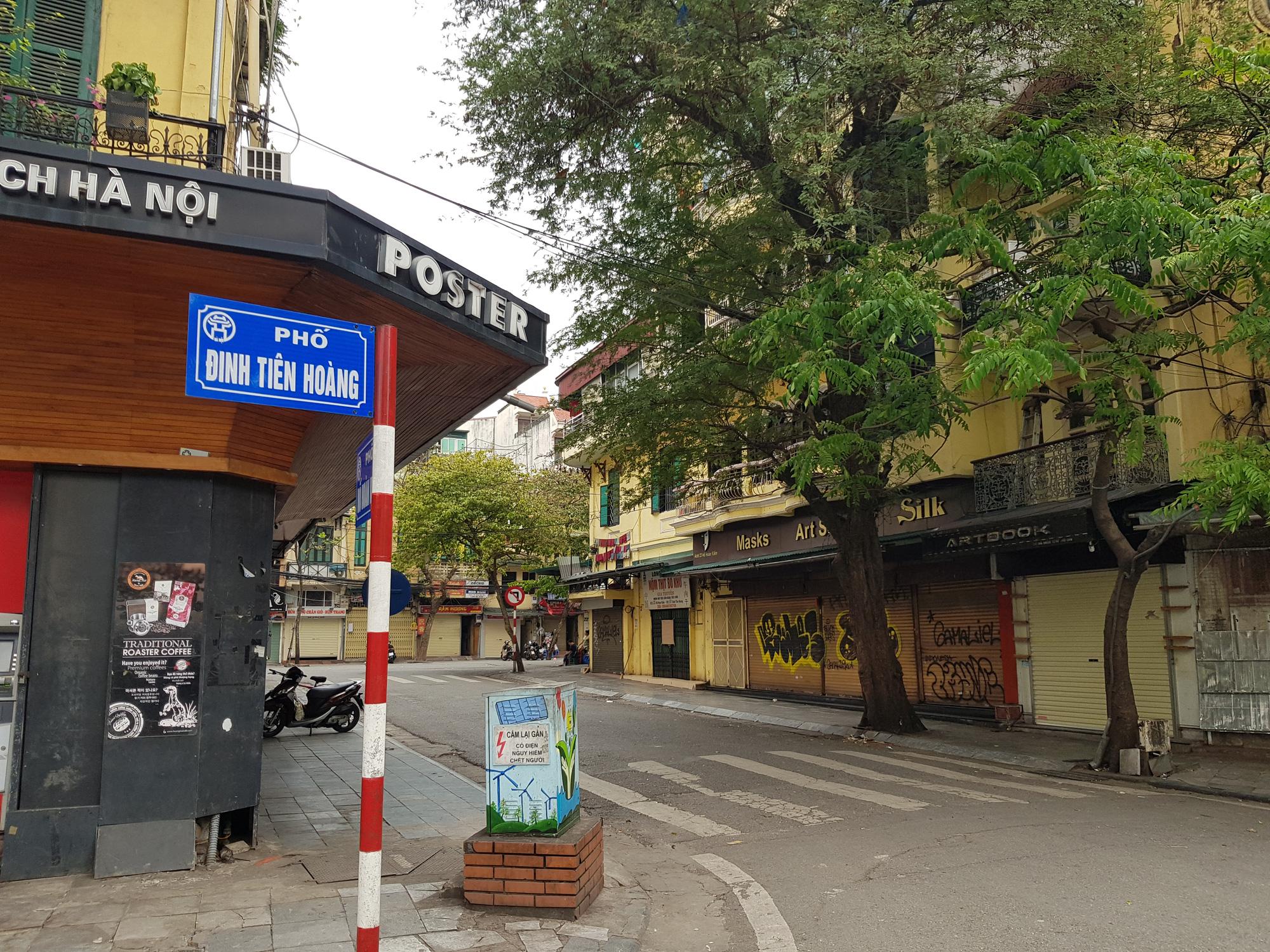 Sau lệnh tạm thời đóng cửa, nhiều đường phố Hà Nội thông thoáng như ngày Tết - Ảnh 3.