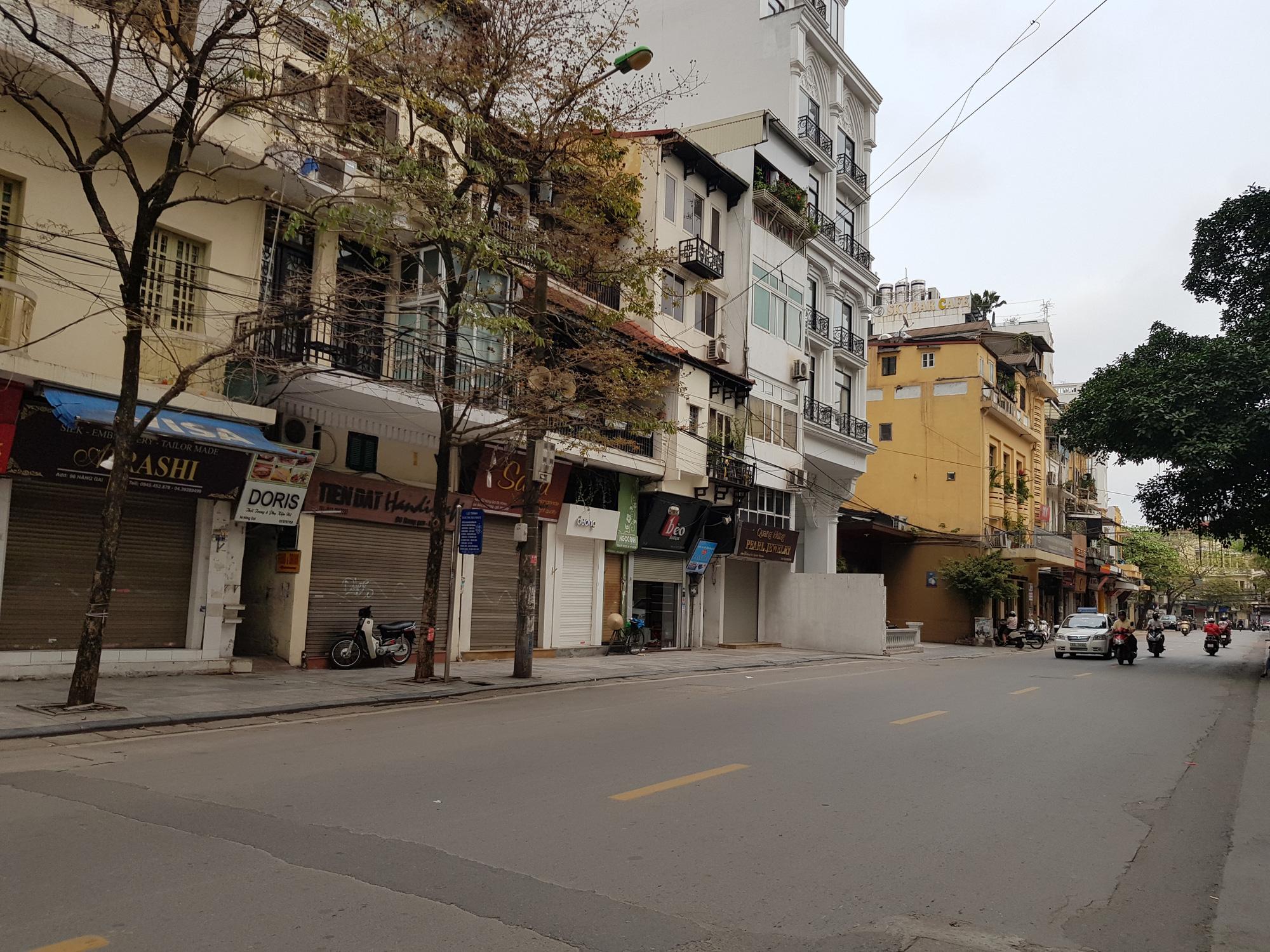 Sau lệnh tạm thời đóng cửa, nhiều đường phố Hà Nội thông thoáng như ngày Tết - Ảnh 4.