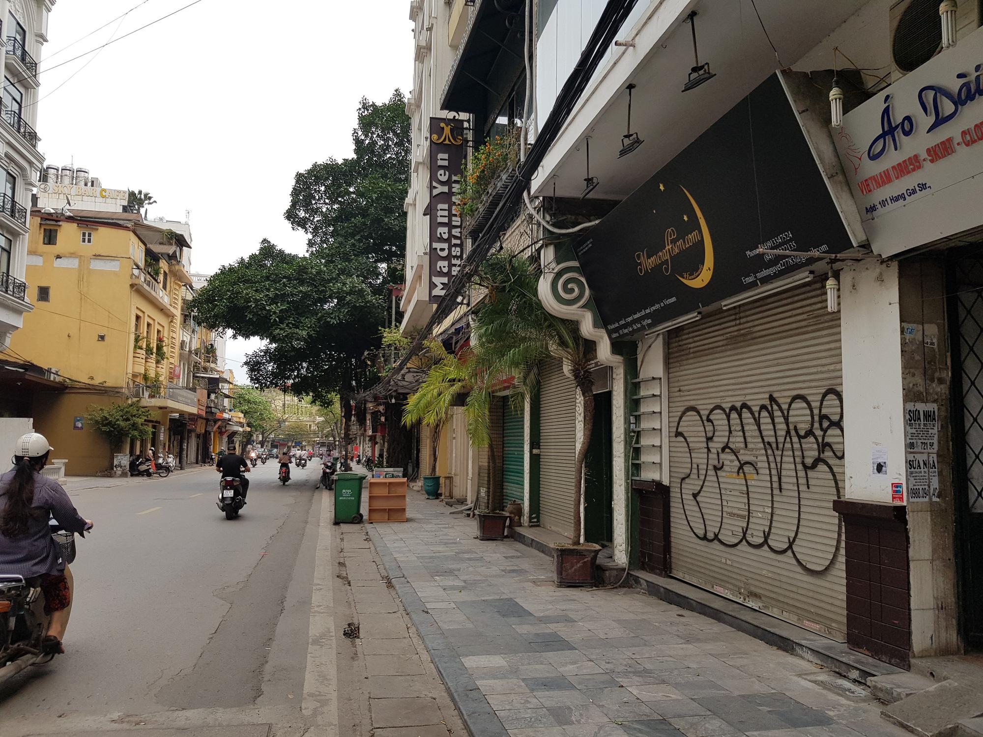 Sau lệnh tạm thời đóng cửa, nhiều đường phố Hà Nội thông thoáng như ngày Tết - Ảnh 5.