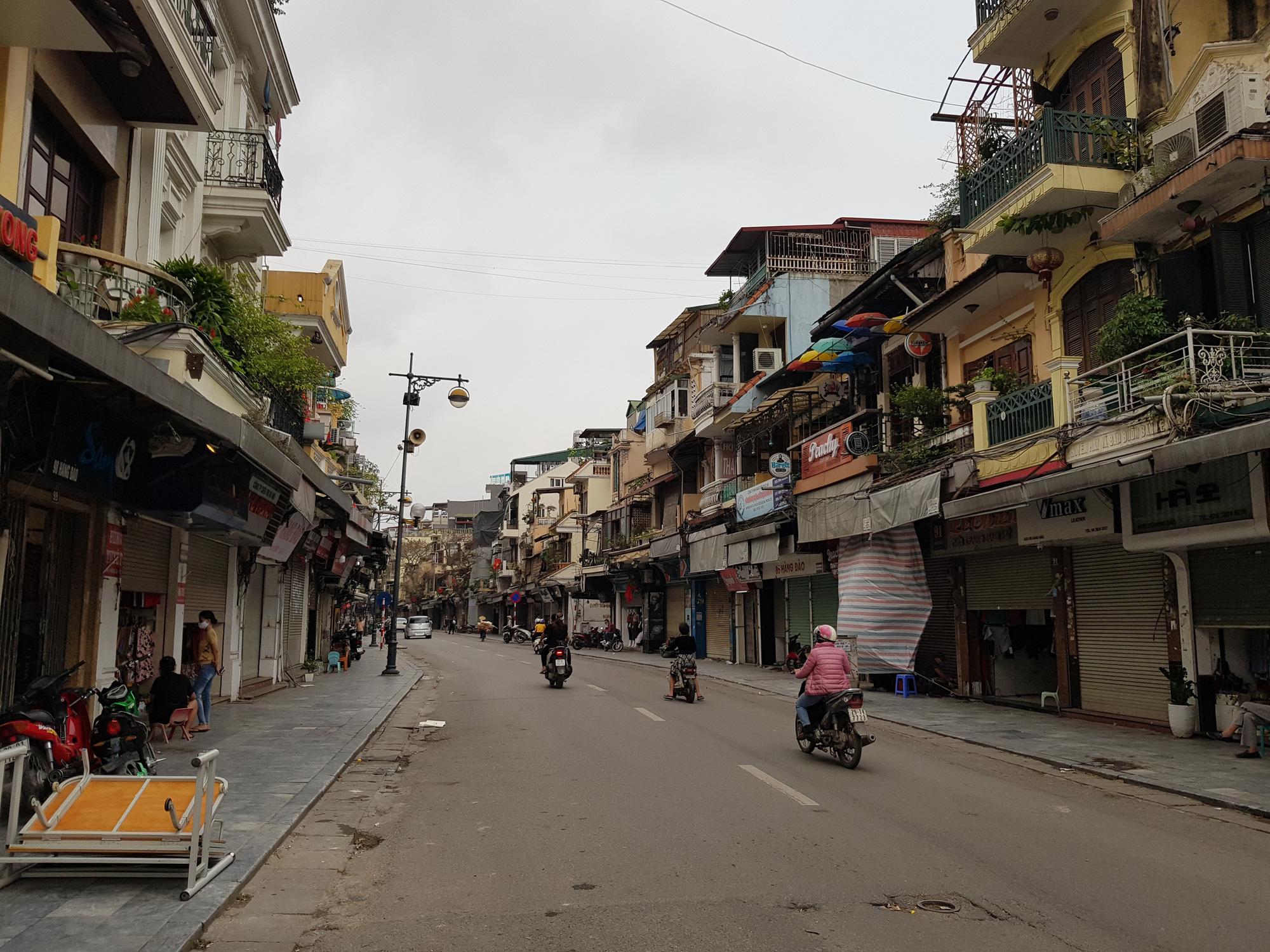 Sau lệnh tạm thời đóng cửa, nhiều đường phố Hà Nội thông thoáng như ngày Tết - Ảnh 6.
