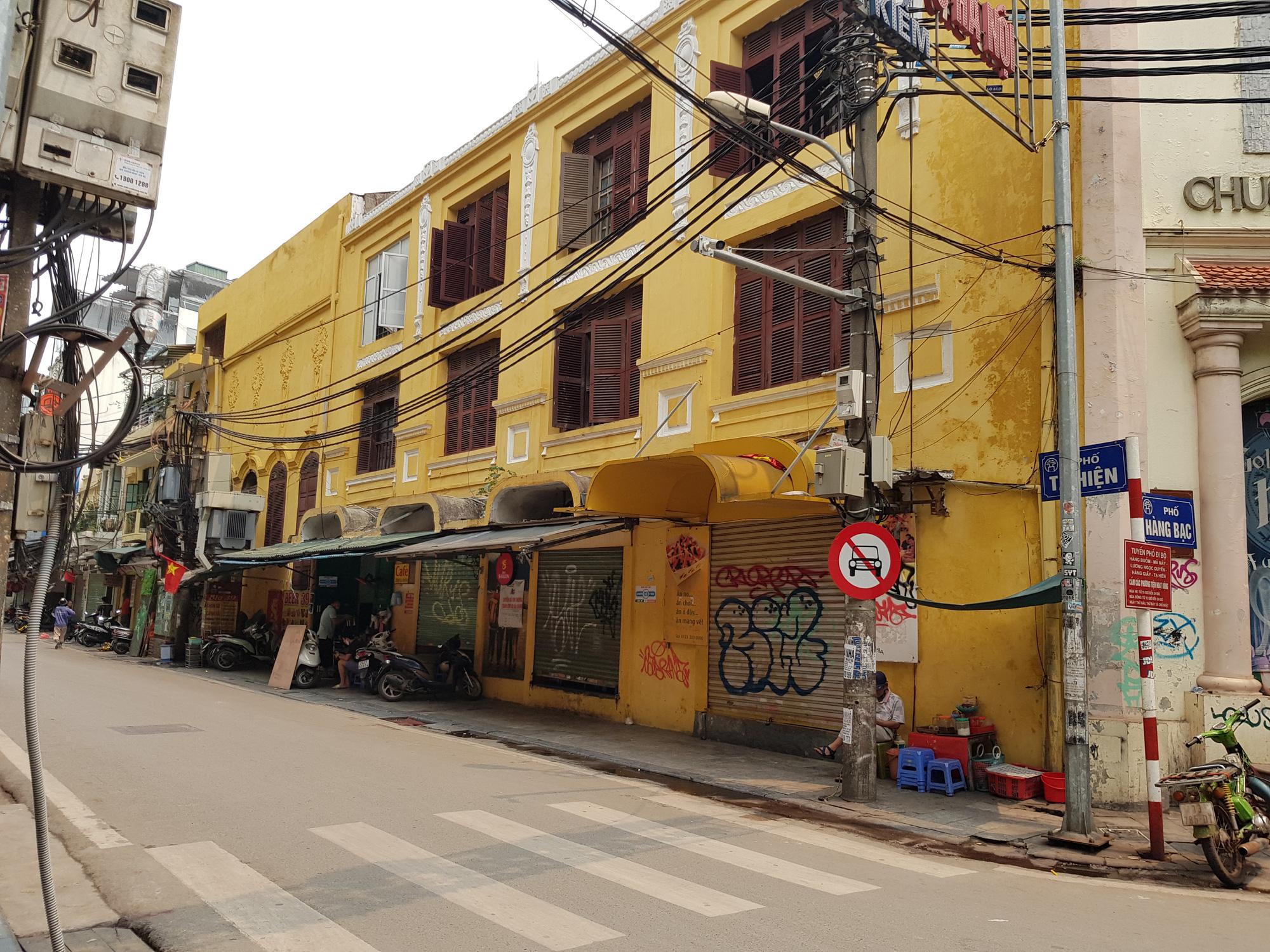 Nhiều phố Hà Nội không bóng người sau khuyến cáo người dân ở nhà, đóng cửa hàng quán để phòng chống Covid-19 - Ảnh 9.