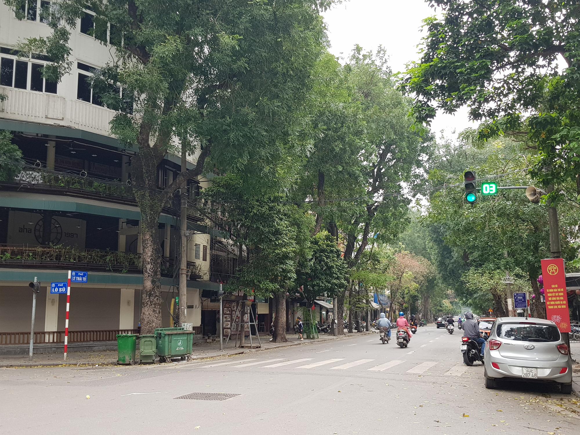 Sau lệnh tạm thời đóng cửa, nhiều đường phố Hà Nội thông thoáng như ngày Tết - Ảnh 8.