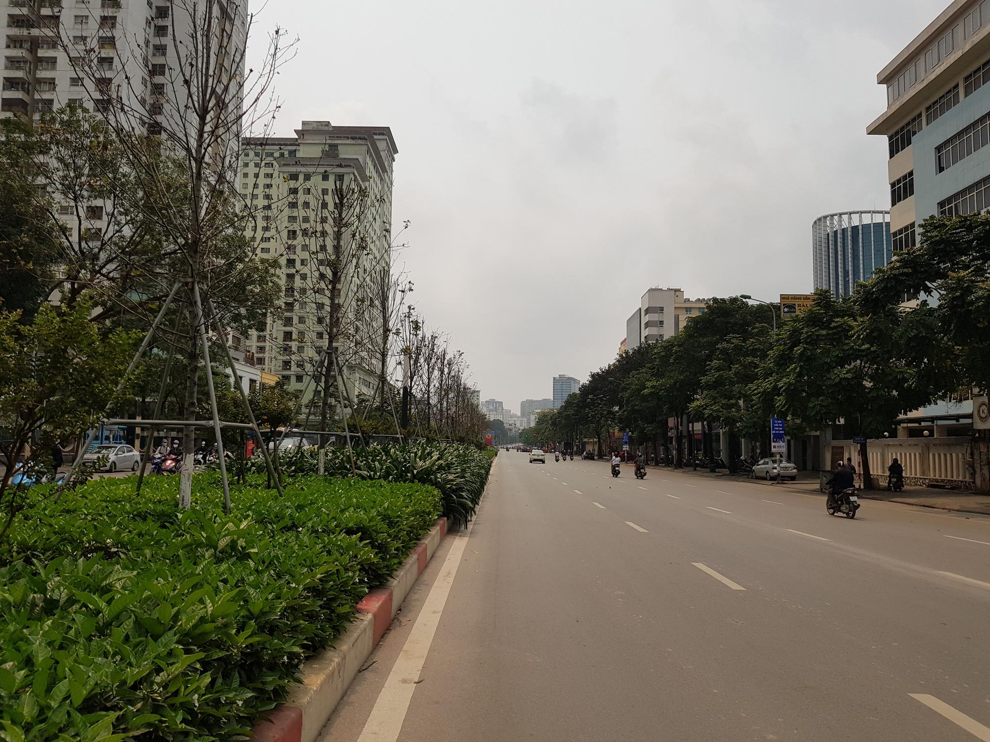 Sau lệnh tạm thời đóng cửa, nhiều đường phố Hà Nội thông thoáng như ngày Tết - Ảnh 9.