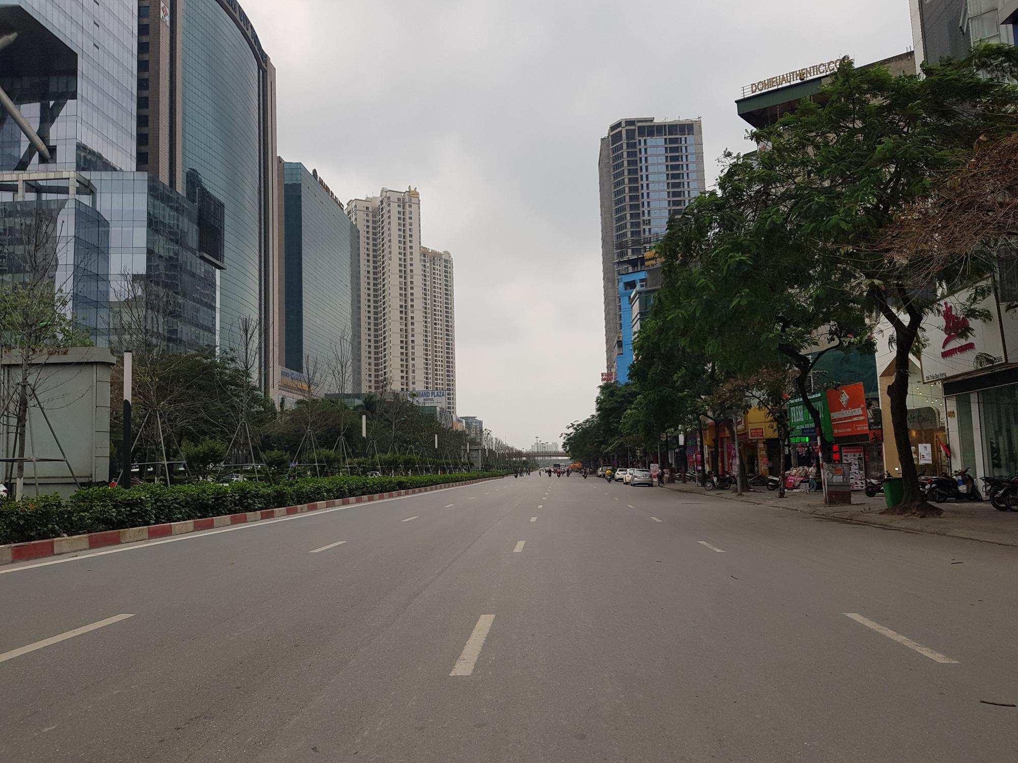 Sau lệnh tạm thời đóng cửa, nhiều đường phố Hà Nội thông thoáng như ngày Tết - Ảnh 10.