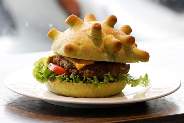 Bánh mì kẹp 'Corona' của Việt Nam được báo nước ngoài khen ngợi - Ảnh 1.