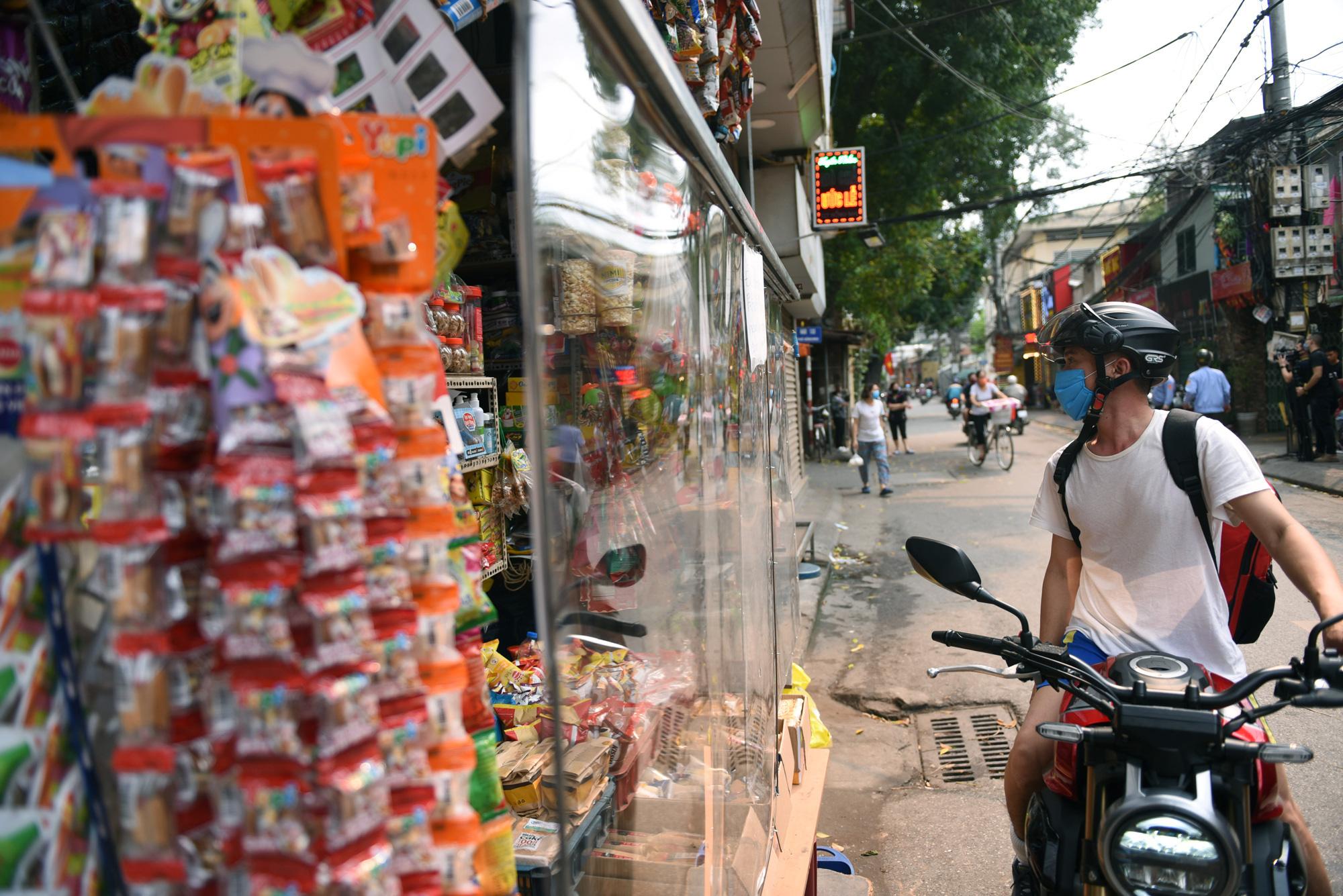Quán tạp hóa ở Hà Nội làm 'lá chắn' phòng dịch Covid-19 - Ảnh 3.