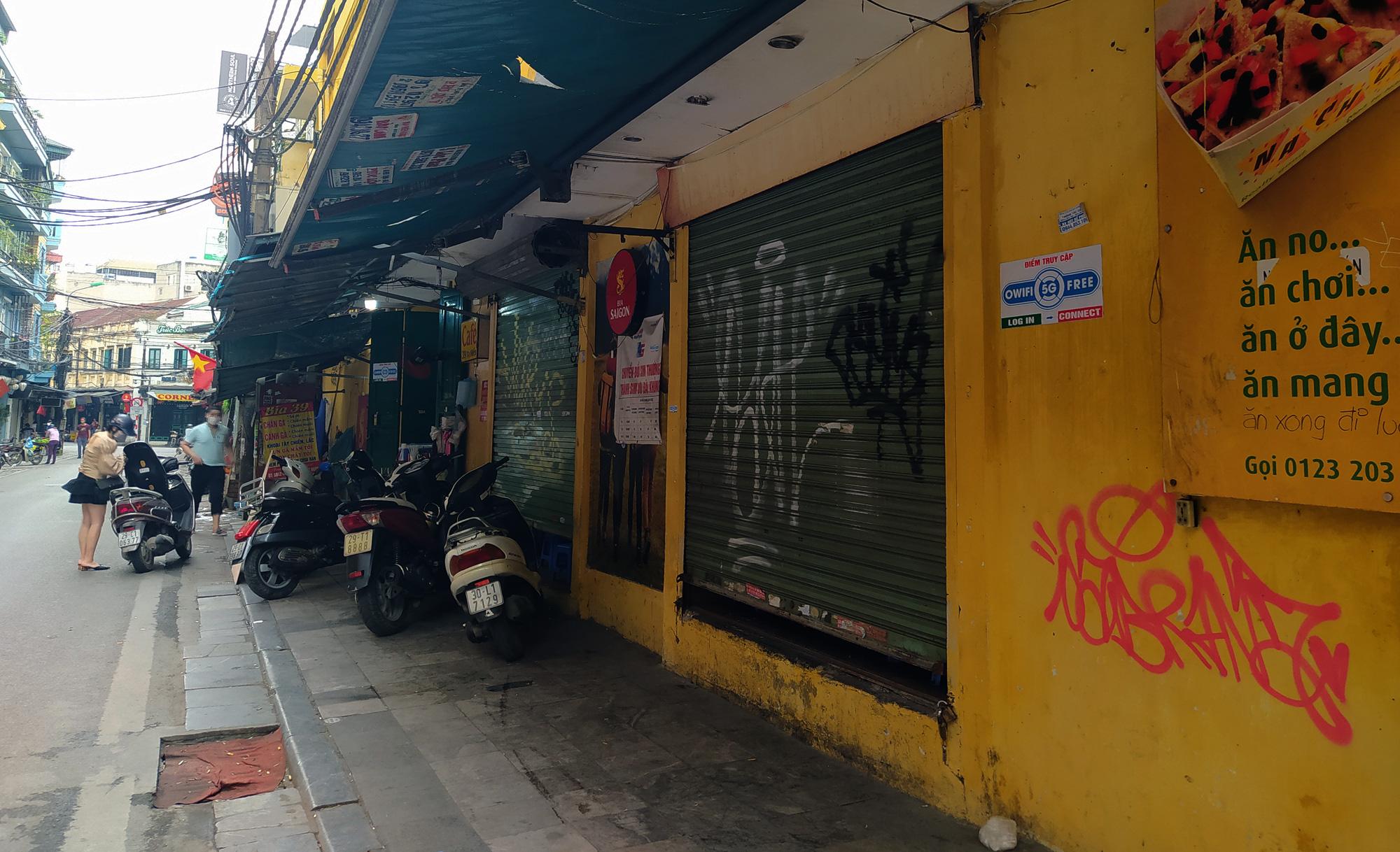 Hà Nội giữa dịch Covid-19: Người dân mặc áo mưa đi mua hàng, nhiều quán cà phê vẫn mở cửa - Ảnh 3.