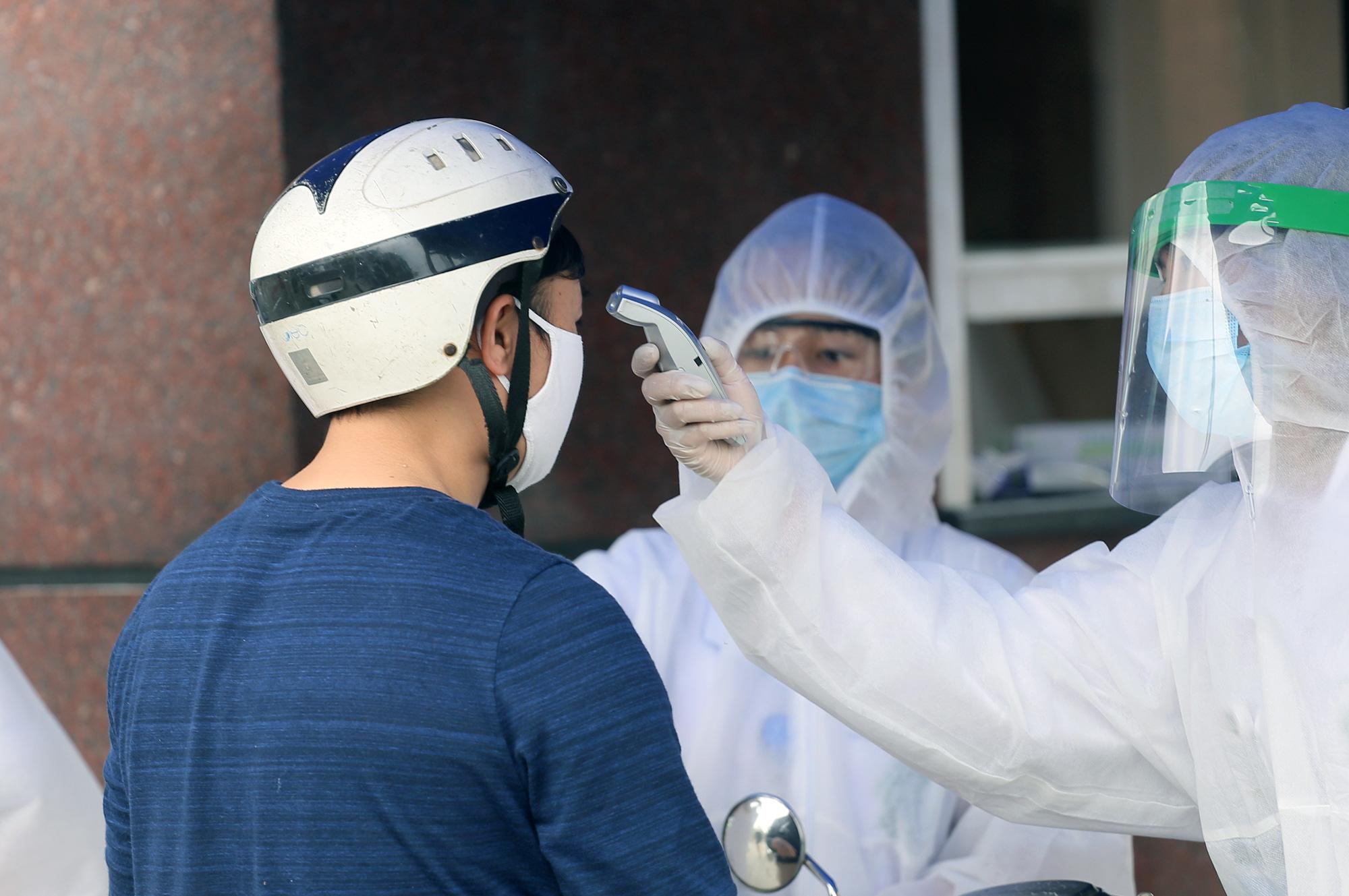 Kiểm soát người ra vào bệnh viện Bạch Mai sau khi phát hiện nhiều ca nhiễm Covid-19 - Ảnh 4.