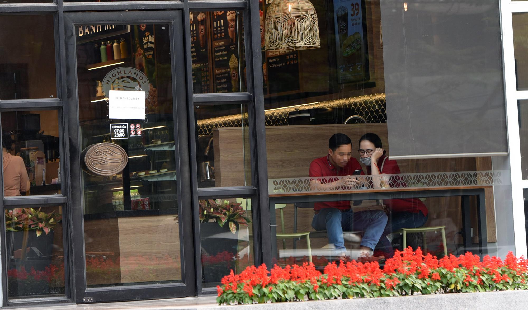 Hà Nội giữa dịch Covid-19: Người dân mặc áo mưa đi mua hàng, nhiều quán cà phê vẫn mở cửa - Ảnh 6.