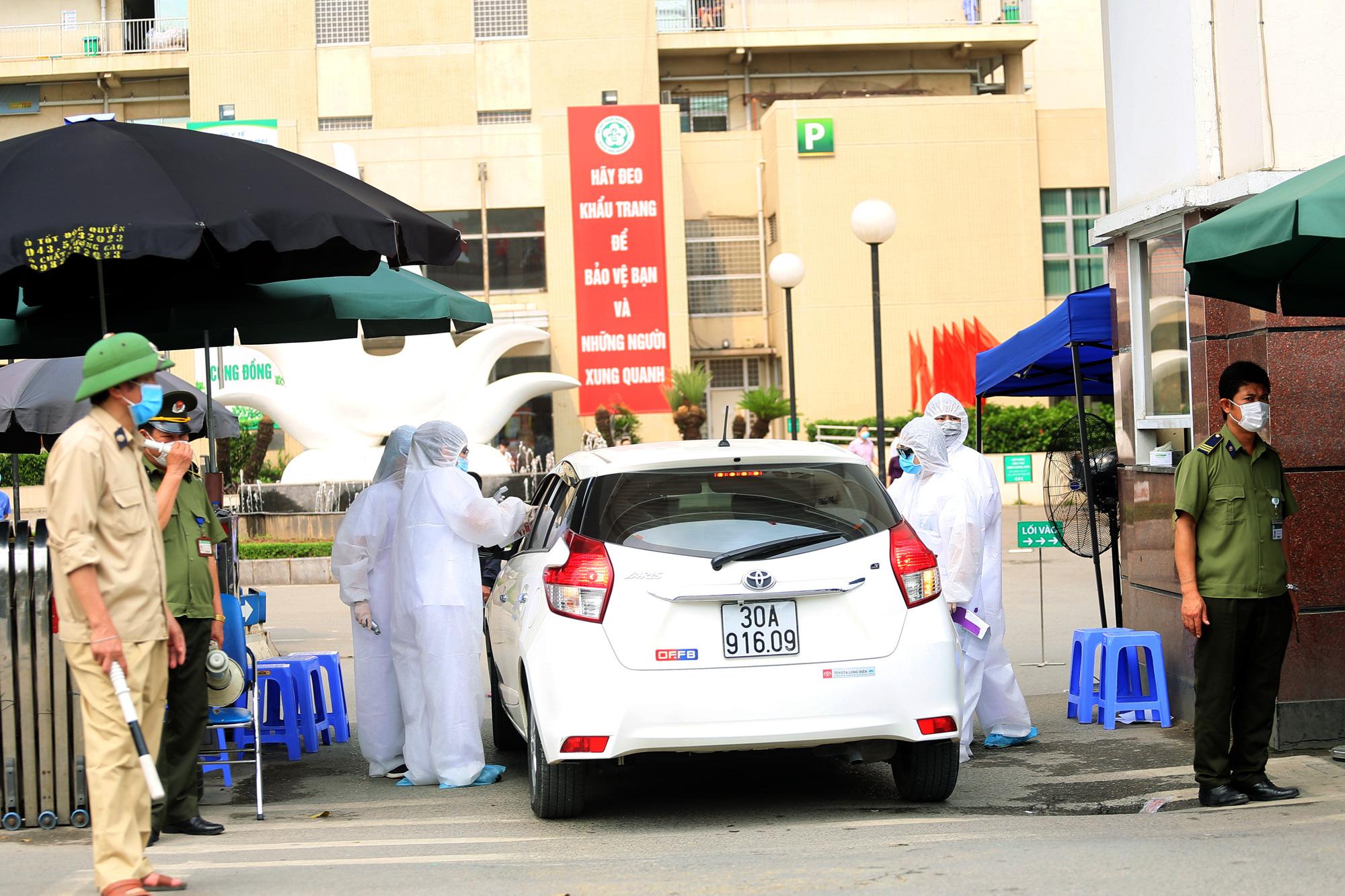 Kiểm soát người ra vào bệnh viện Bạch Mai sau khi phát hiện nhiều ca nhiễm Covid-19 - Ảnh 7.