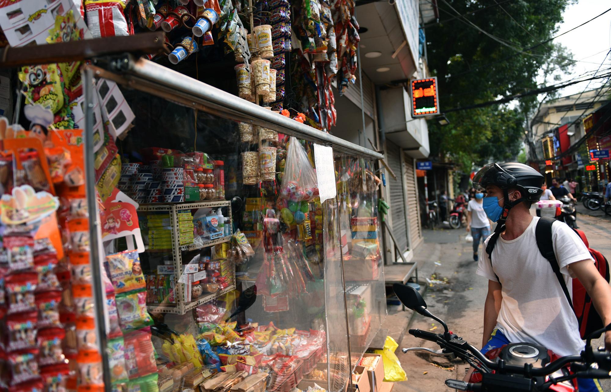 Hà Nội giữa dịch Covid-19: Người dân mặc áo mưa đi mua hàng, nhiều quán cà phê vẫn mở cửa - Ảnh 7.