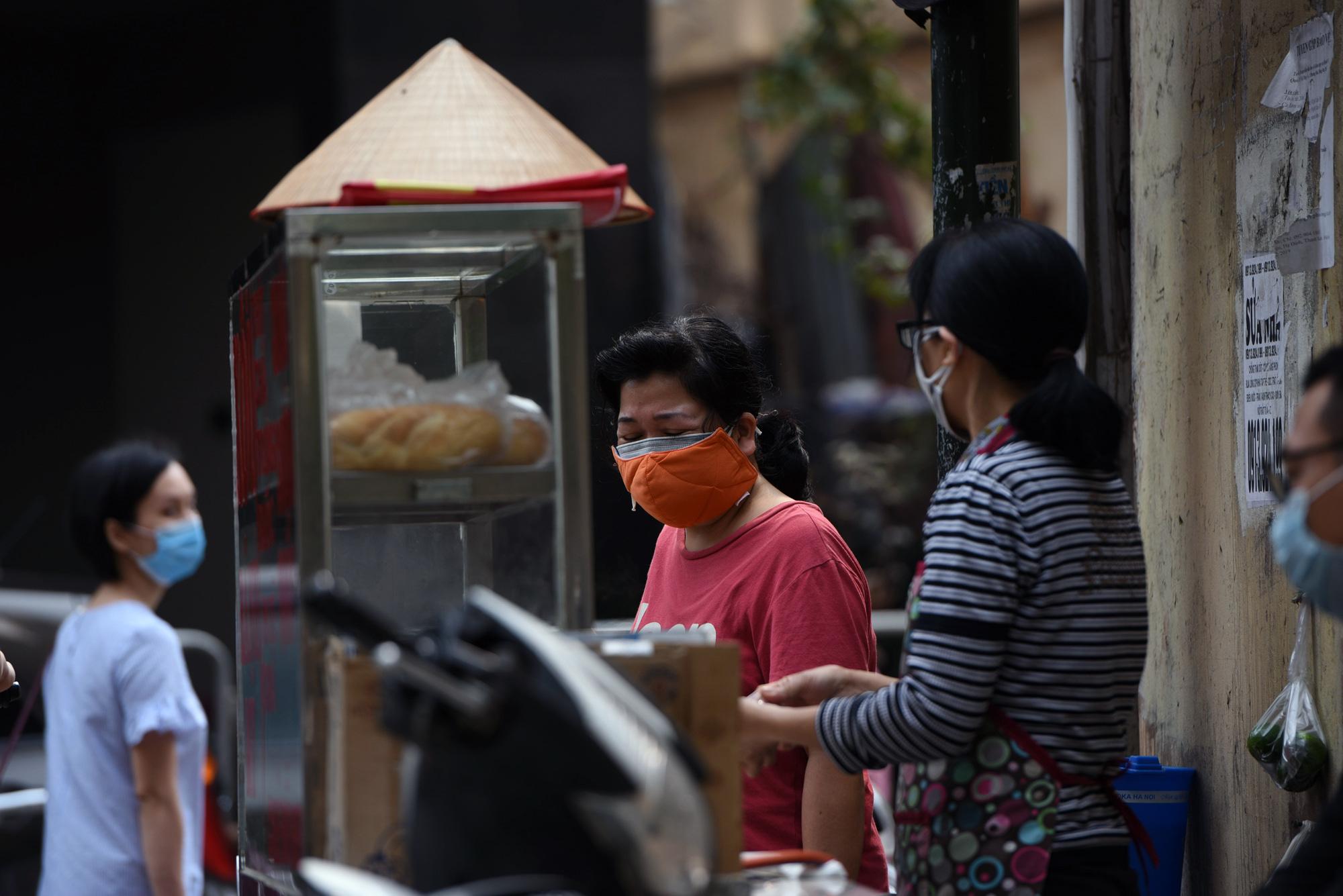 Hà Nội giữa dịch Covid-19: Người dân mặc áo mưa đi mua hàng, nhiều quán cà phê vẫn mở cửa - Ảnh 9.
