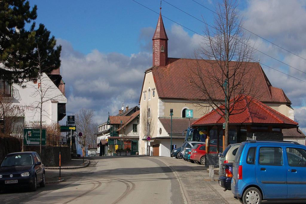 Ngôi làng mang tên thánh Corona - Ảnh 1.