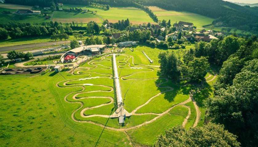 Ngôi làng mang tên thánh Corona - Ảnh 2.