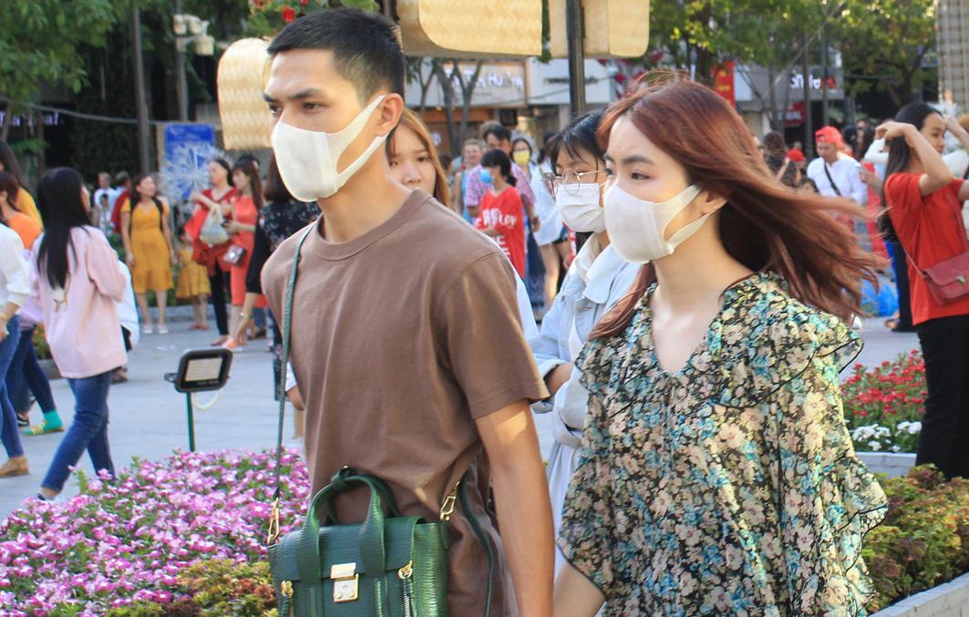 Từ ngày mai 27/3, người dân TP HCM không đeo khẩu trang ở nơi công cộng có thể bị phạt - Ảnh 1.