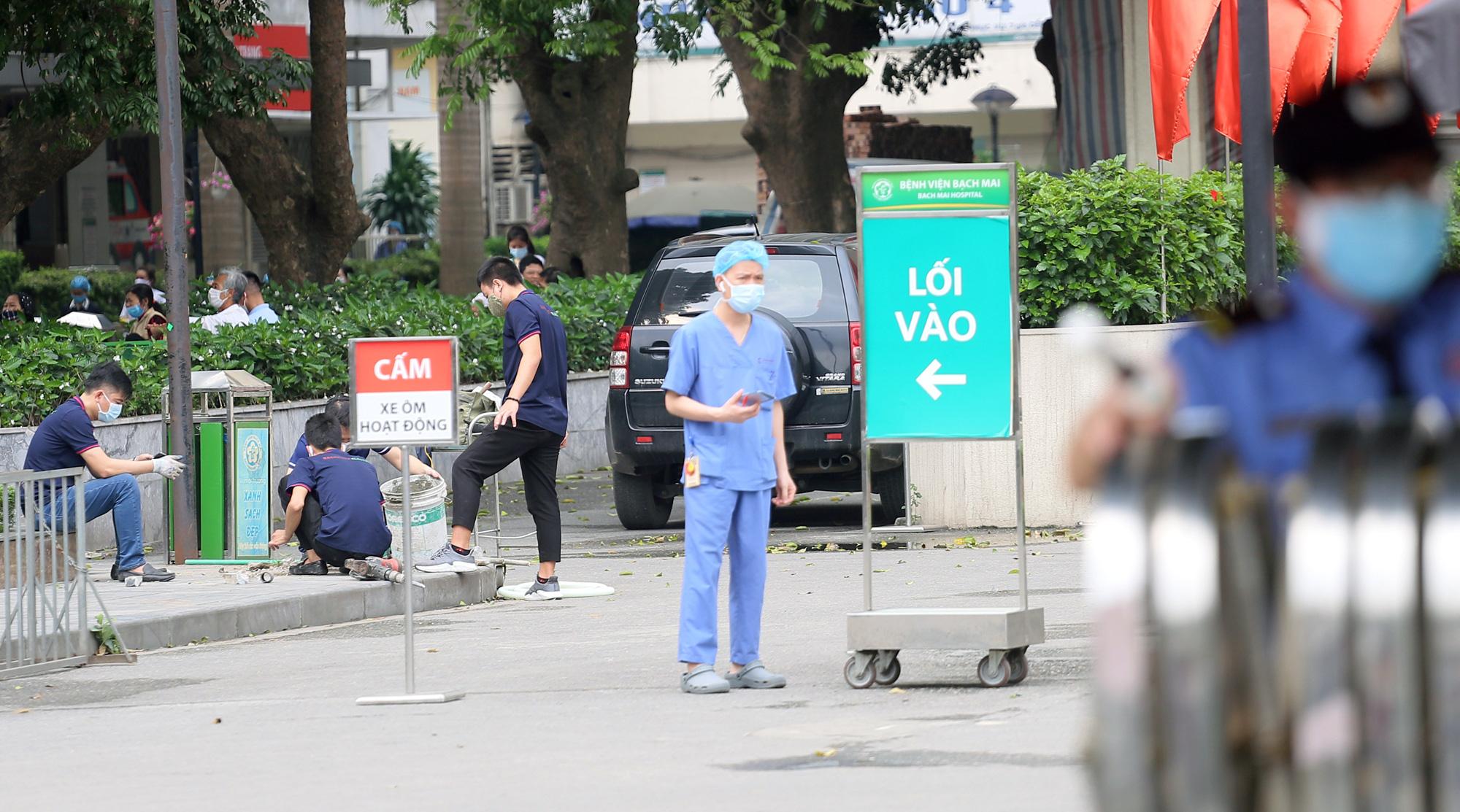 Kiểm soát người ra vào bệnh viện Bạch Mai sau khi phát hiện nhiều ca nhiễm Covid-19 - Ảnh 12.