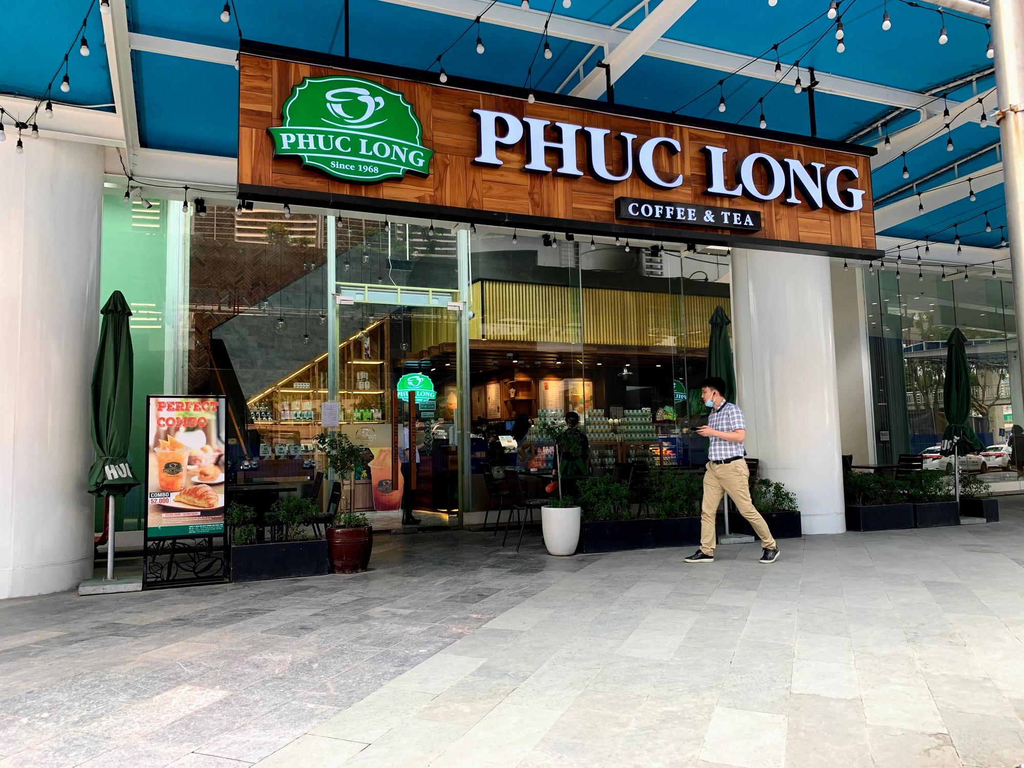 Bất chấp lệnh cấm, Phúc Long, Highland, Starbucks vẫn mở cửa đón khách - Ảnh 1.