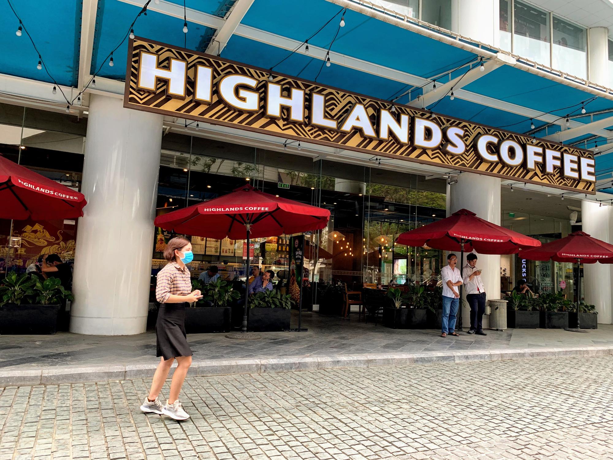 Bất chấp lệnh cấm, Phúc Long, Highland, Starbucks vẫn mở cửa đón khách - Ảnh 3.