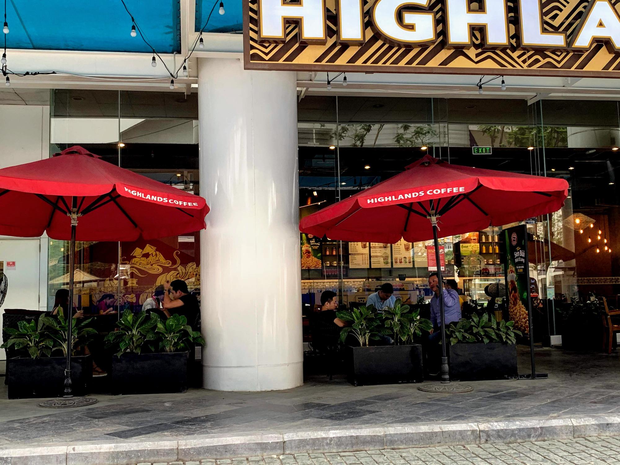 Bất chấp lệnh cấm, Phúc Long, Highland, Starbucks vẫn mở cửa đón khách - Ảnh 4.