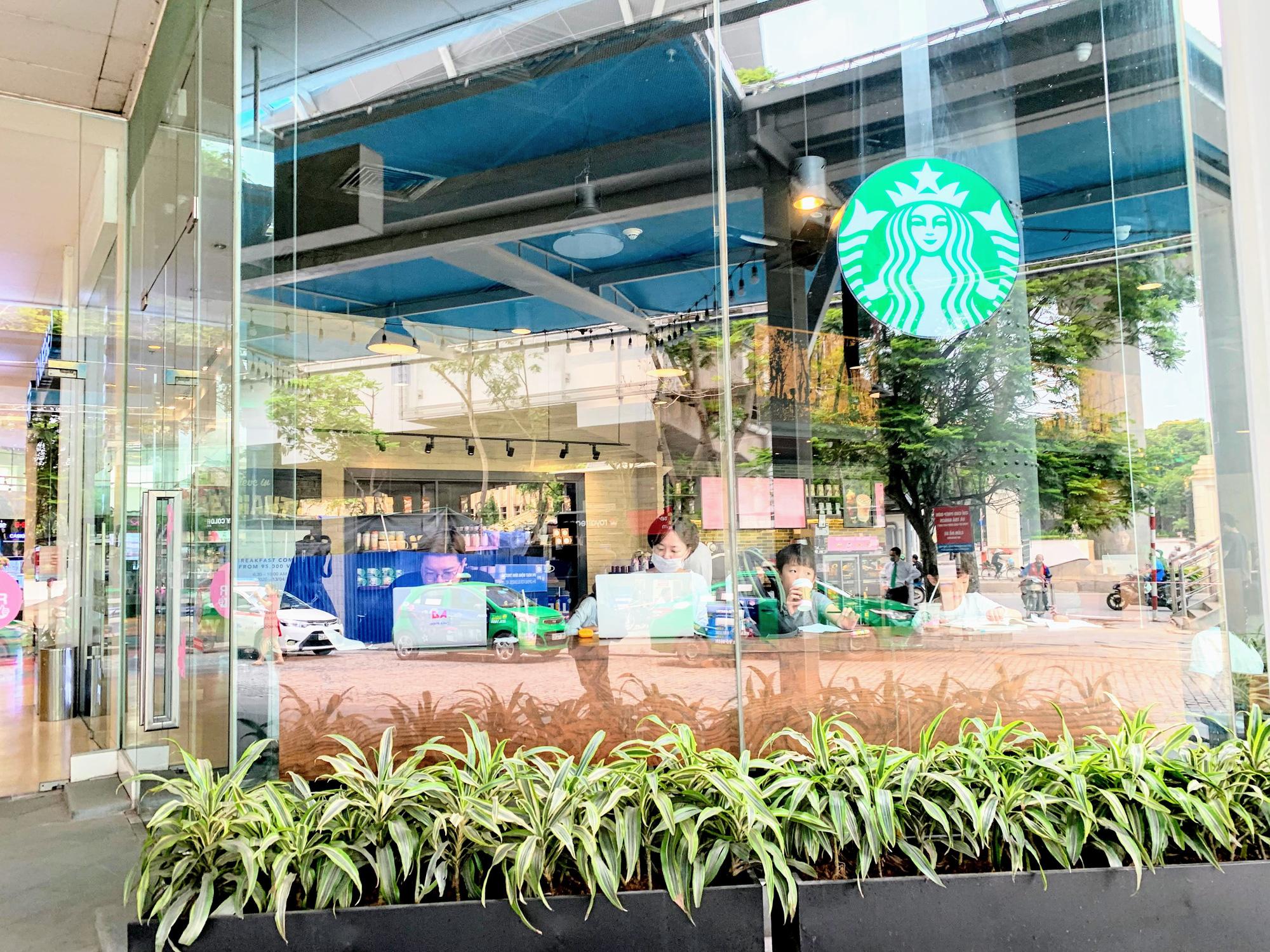 Bất chấp lệnh cấm, Phúc Long, Highland, Starbucks vẫn mở cửa đón khách - Ảnh 5.