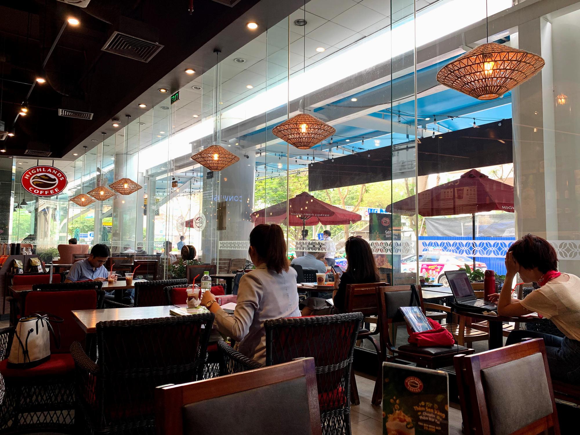 Bất chấp lệnh cấm, Phúc Long, Highland, Starbucks vẫn mở cửa đón khách - Ảnh 8.