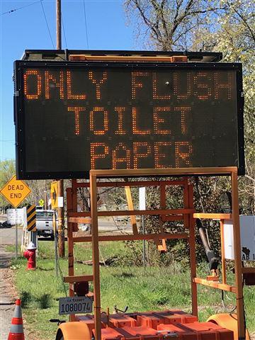 Thiếu giấy vệ sinh, dân Mỹ xả khăn vải, giấy ăn làm tắc cống nước - Ảnh 1.