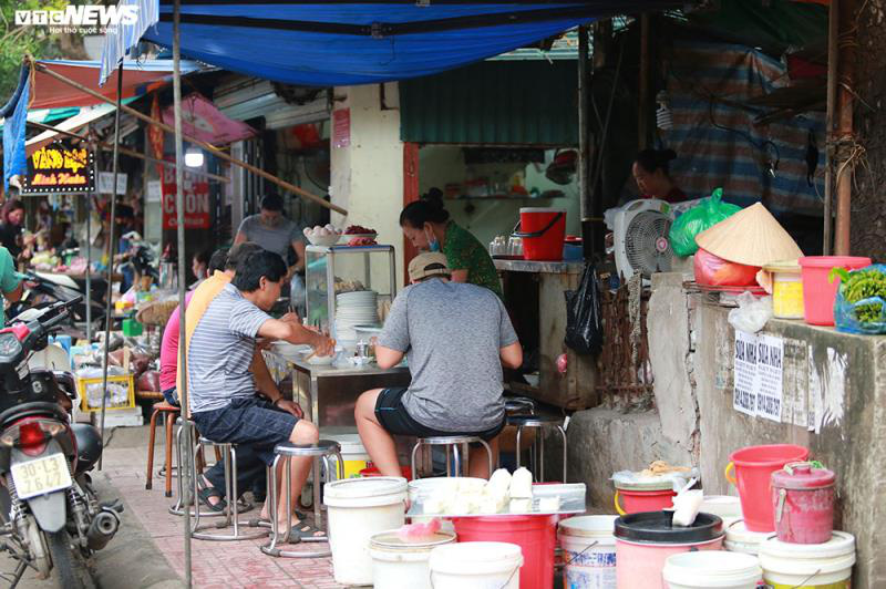Hàng quán bán đồ ăn sáng ở Hà Nội vẫn chật kín khách - Ảnh 4.