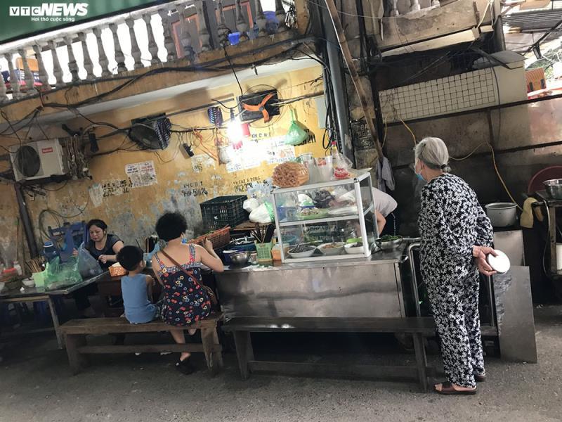 Hàng quán bán đồ ăn sáng ở Hà Nội vẫn chật kín khách - Ảnh 6.