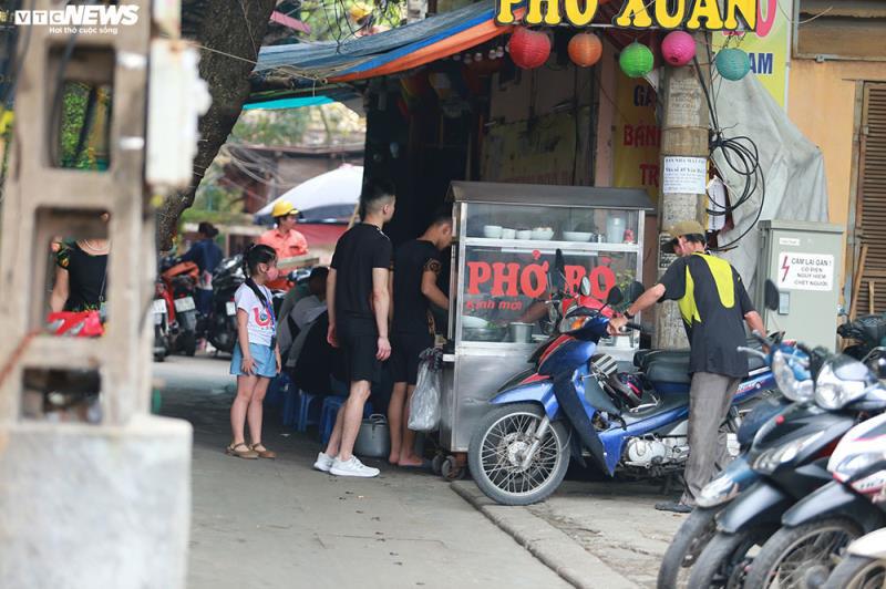 Hàng quán bán đồ ăn sáng ở Hà Nội vẫn chật kín khách - Ảnh 7.