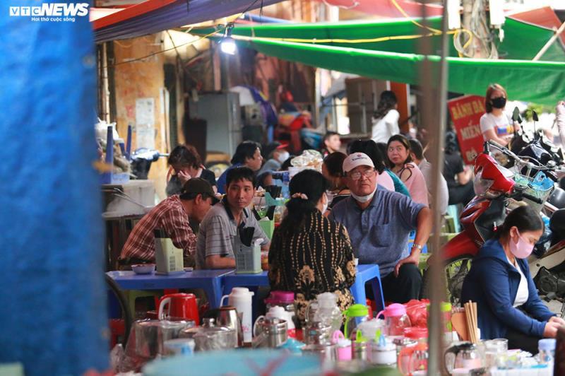 Hàng quán bán đồ ăn sáng ở Hà Nội vẫn chật kín khách - Ảnh 5.