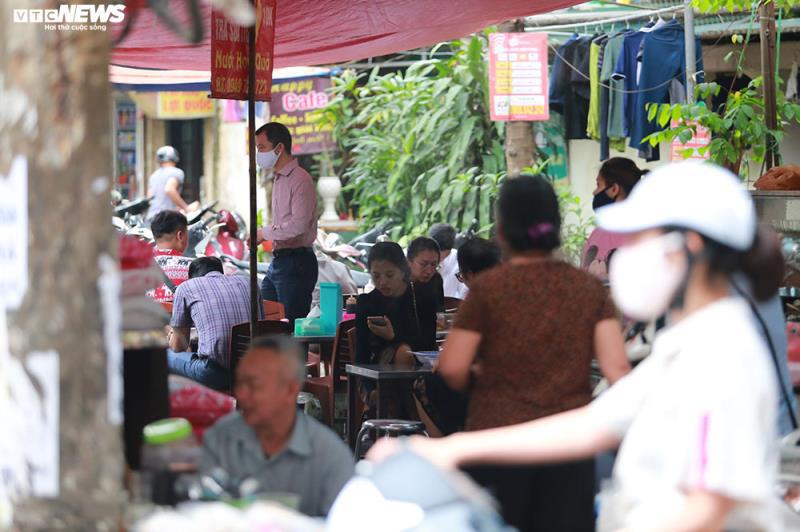 Hàng quán bán đồ ăn sáng ở Hà Nội vẫn chật kín khách - Ảnh 3.