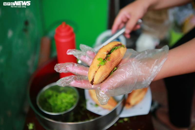 Hàng quán bán đồ ăn sáng ở Hà Nội vẫn chật kín khách - Ảnh 9.