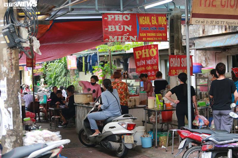 Hàng quán bán đồ ăn sáng ở Hà Nội vẫn chật kín khách - Ảnh 1.