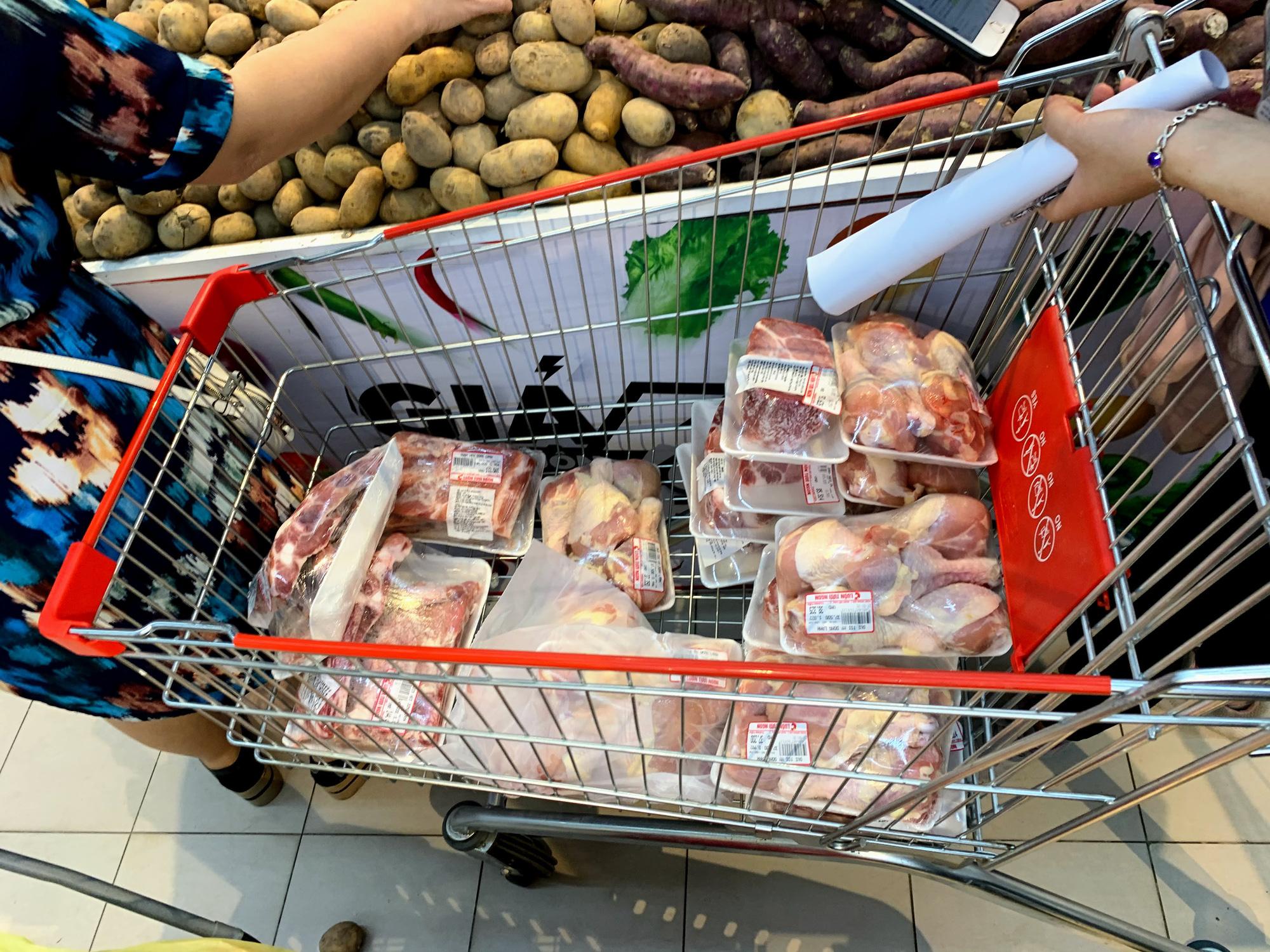 Trước giờ giới nghiêm, người Hà Nội ùn ùn kéo về siêu thị, mua sạch mì tôm, thực phẩm, giấy vệ sinh - Ảnh 11.