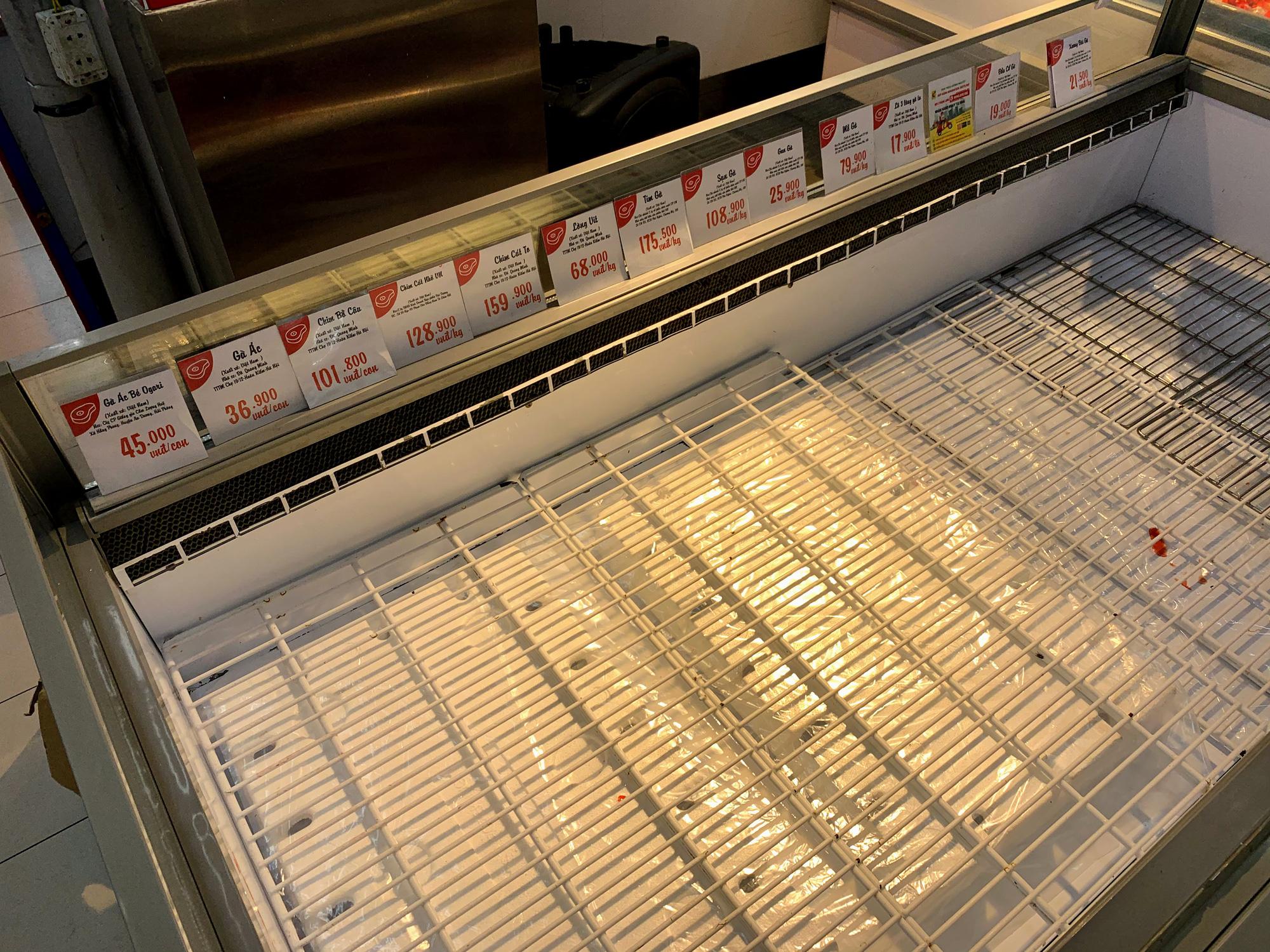 Trước giờ giới nghiêm, người Hà Nội ùn ùn kéo về siêu thị, mua sạch mì tôm, thực phẩm, giấy vệ sinh - Ảnh 12.