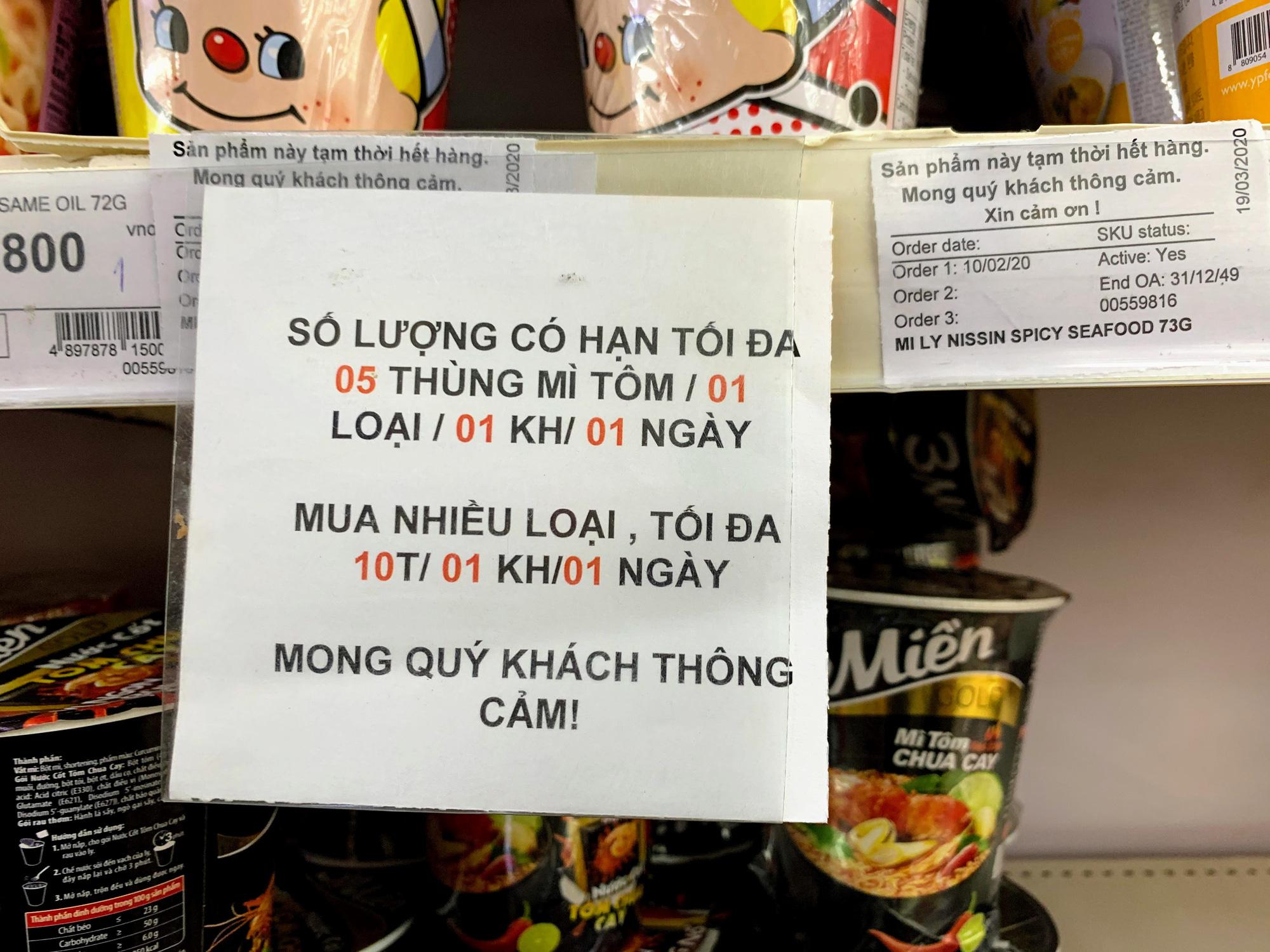 Trước giờ giới nghiêm, người Hà Nội ùn ùn kéo về siêu thị, mua sạch mì tôm, thực phẩm, giấy vệ sinh - Ảnh 9.