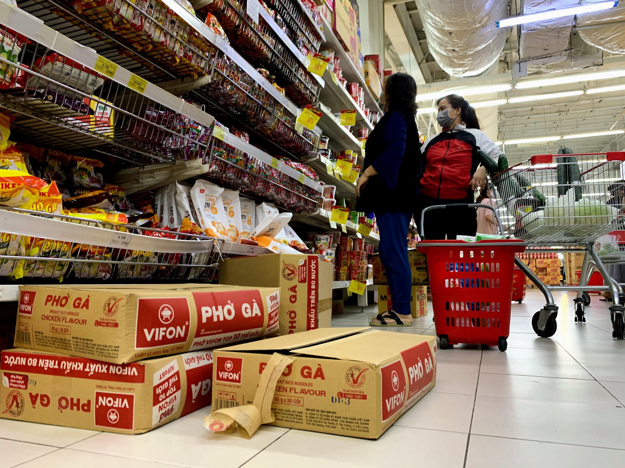 Trước giờ giới nghiêm, người Hà Nội ùn ùn kéo về siêu thị, mua sạch mì tôm, thực phẩm, giấy vệ sinh - Ảnh 7.