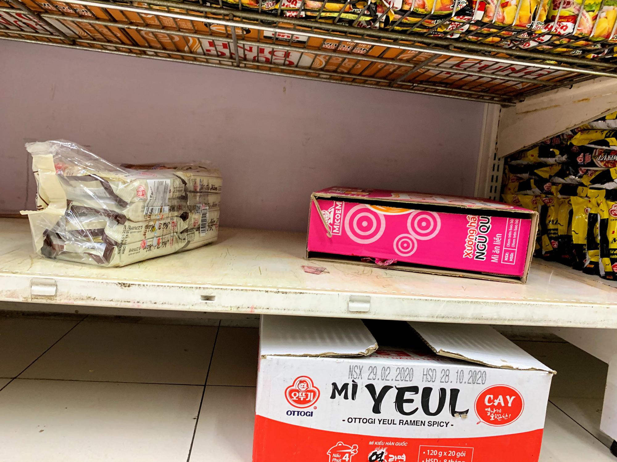 Trước giờ giới nghiêm, người Hà Nội ùn ùn kéo về siêu thị, mua sạch mì tôm, thực phẩm, giấy vệ sinh - Ảnh 8.