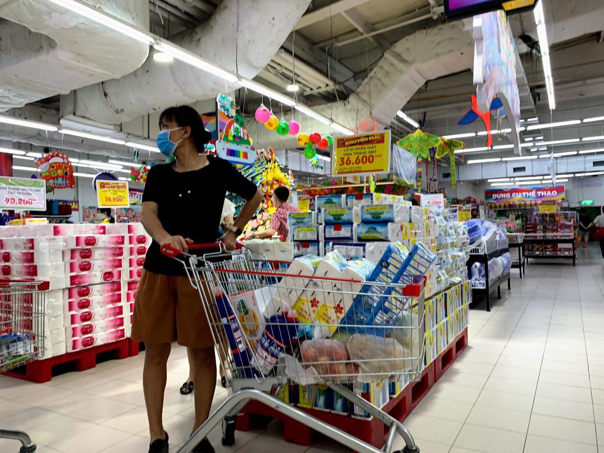 Trước giờ giới nghiêm, người Hà Nội ùn ùn kéo về siêu thị, mua sạch mì tôm, thực phẩm, giấy vệ sinh - Ảnh 15.