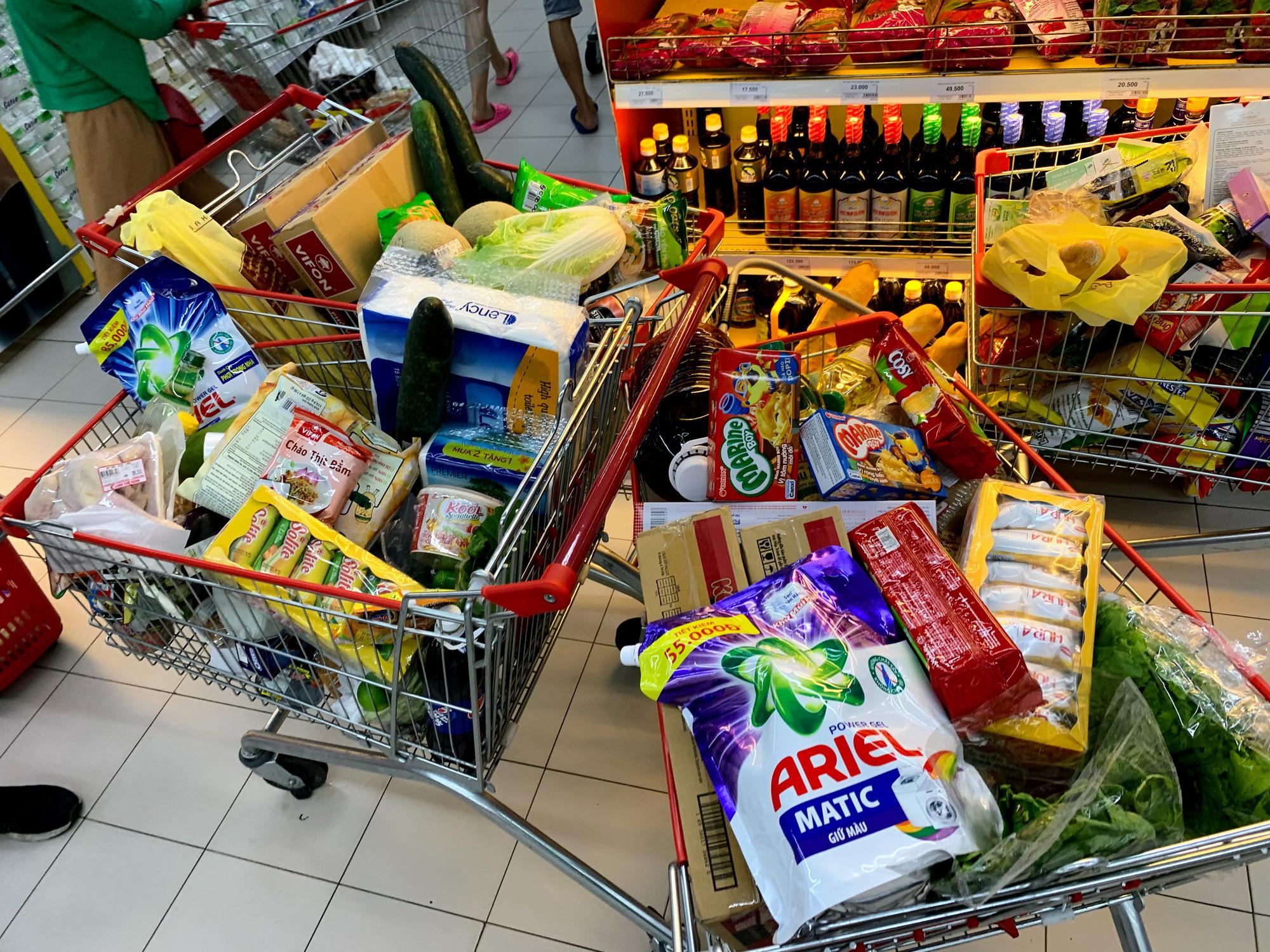 Trước giờ giới nghiêm, người Hà Nội ùn ùn kéo về siêu thị, mua sạch mì tôm, thực phẩm, giấy vệ sinh - Ảnh 16.