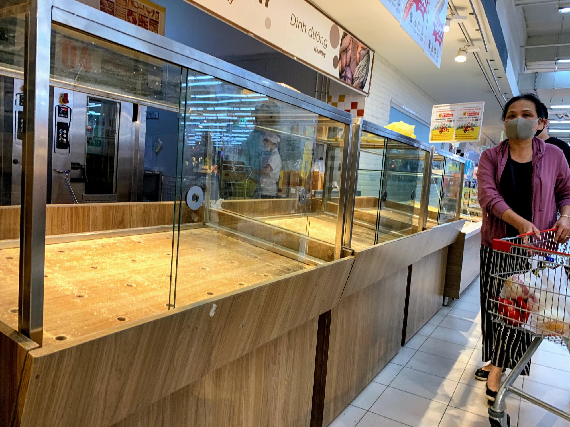 Trước giờ giới nghiêm, người Hà Nội ùn ùn kéo về siêu thị, mua sạch mì tôm, thực phẩm, giấy vệ sinh - Ảnh 14.