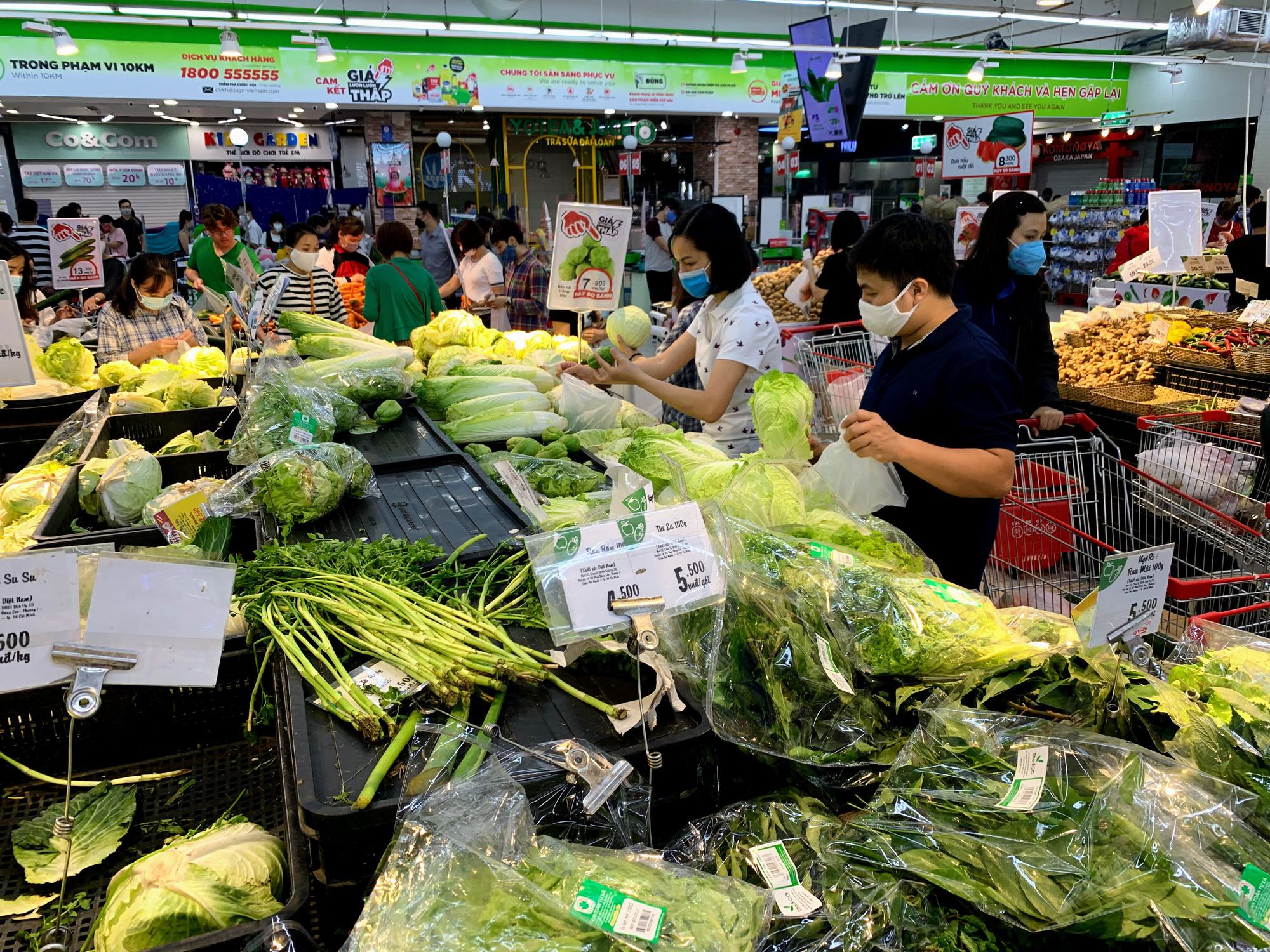 Trước giờ giới nghiêm, người Hà Nội ùn ùn kéo về siêu thị, mua sạch mì tôm, thực phẩm, giấy vệ sinh - Ảnh 2.