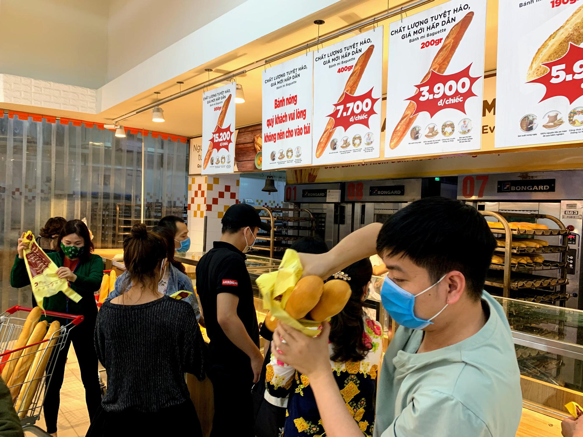 Trước giờ giới nghiêm, người Hà Nội ùn ùn kéo về siêu thị, mua sạch mì tôm, thực phẩm, giấy vệ sinh - Ảnh 13.