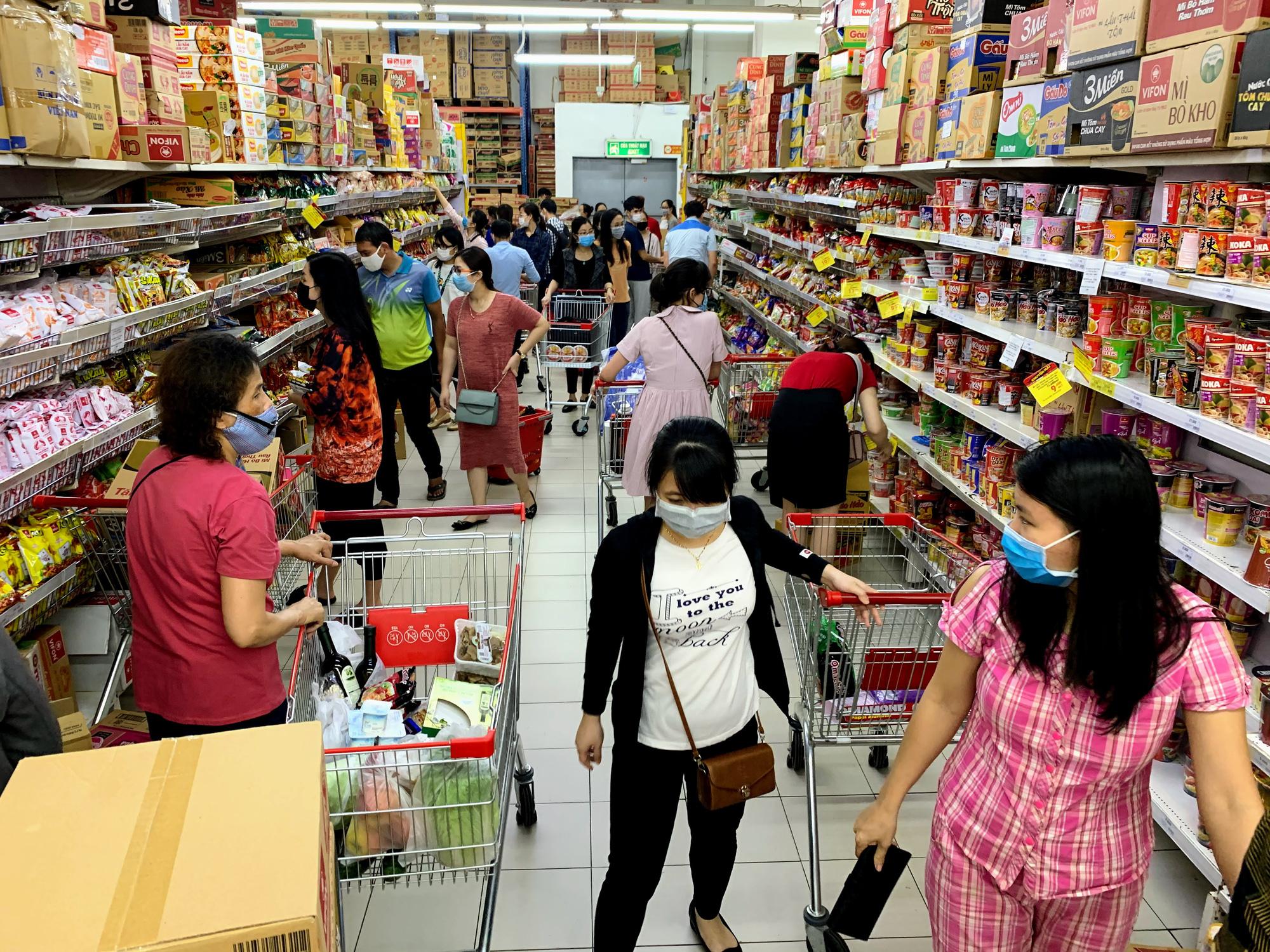 Trước giờ giới nghiêm, người Hà Nội ùn ùn kéo về siêu thị, mua sạch mì tôm, thực phẩm, giấy vệ sinh - Ảnh 4.