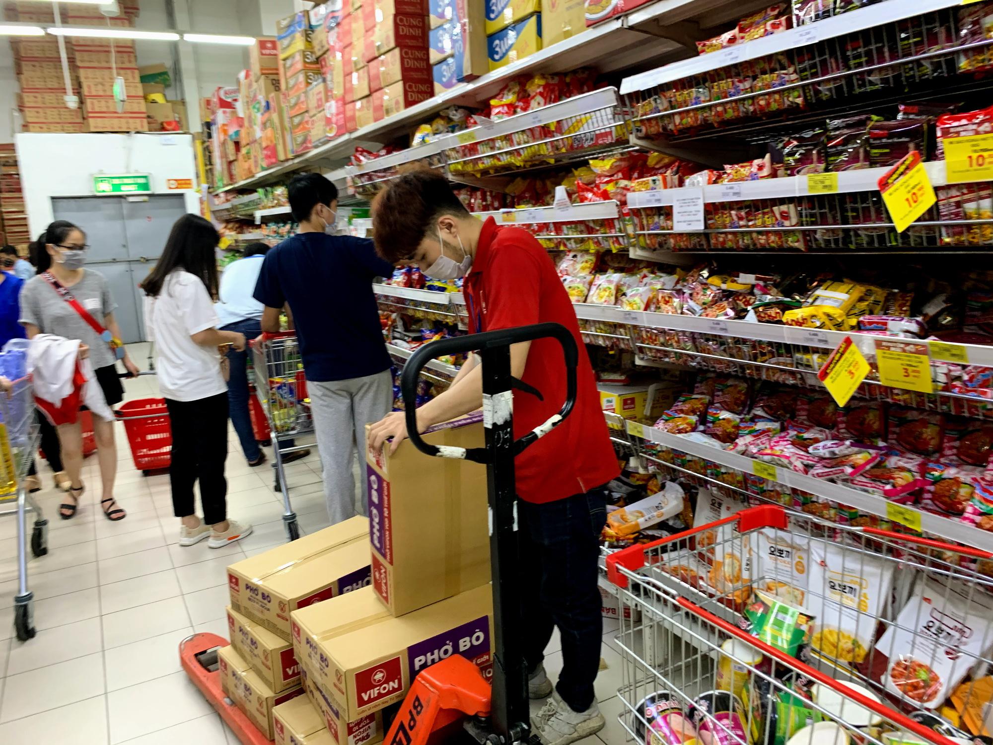 Trước giờ giới nghiêm, người Hà Nội ùn ùn kéo về siêu thị, mua sạch mì tôm, thực phẩm, giấy vệ sinh - Ảnh 6.