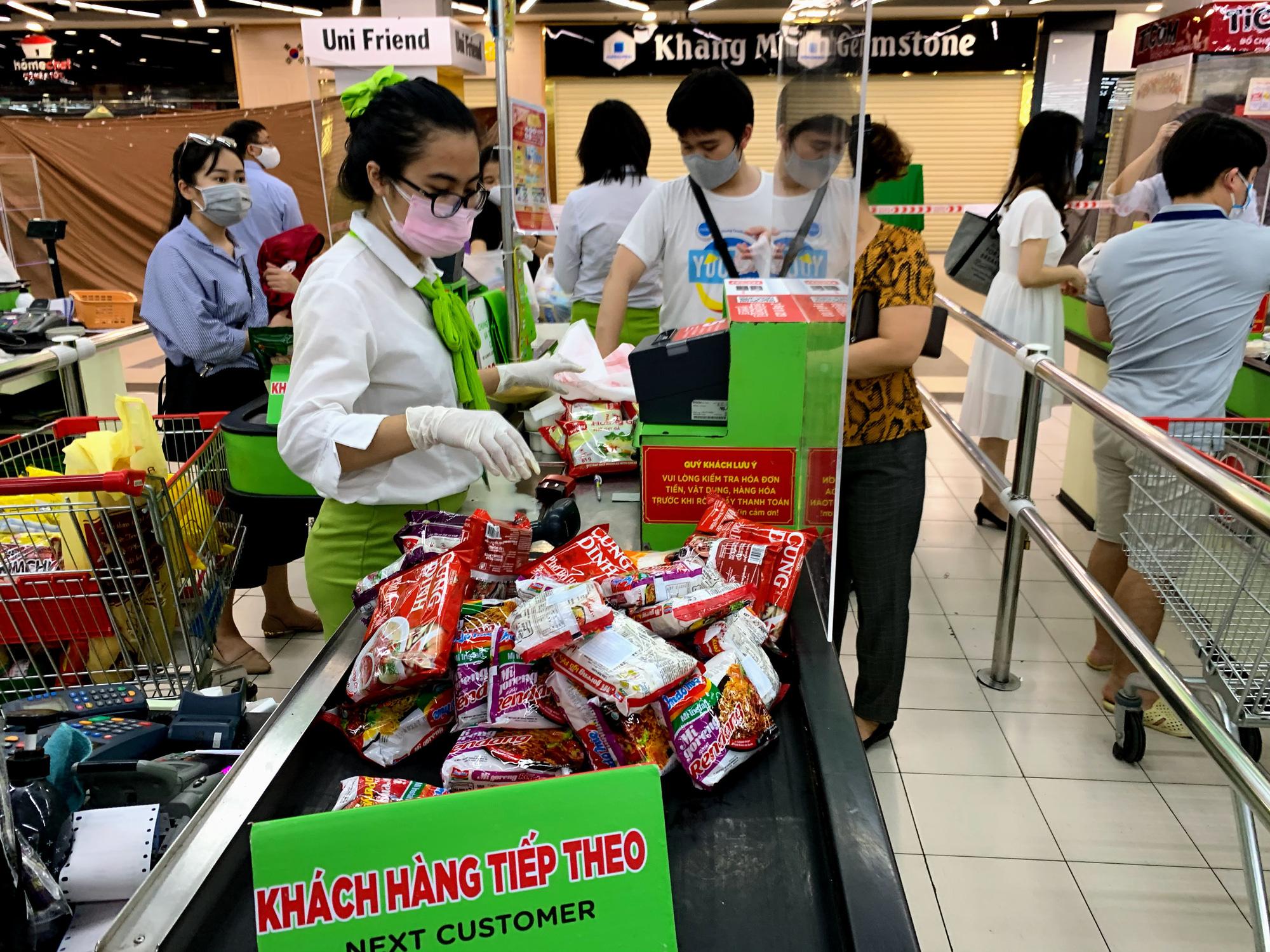 Trước giờ giới nghiêm, người Hà Nội ùn ùn kéo về siêu thị, mua sạch mì tôm, thực phẩm, giấy vệ sinh - Ảnh 17.
