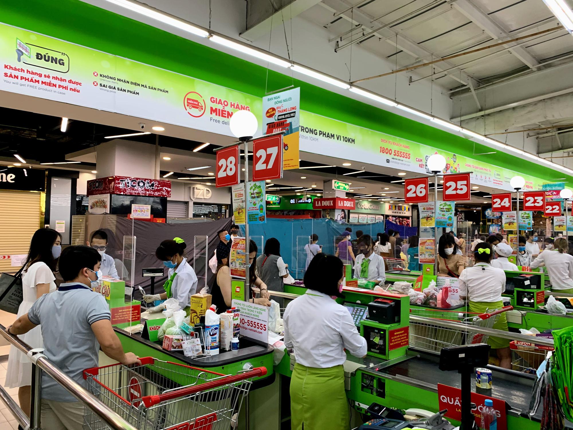 Trước giờ giới nghiêm, người Hà Nội ùn ùn kéo về siêu thị, mua sạch mì tôm, thực phẩm, giấy vệ sinh - Ảnh 18.