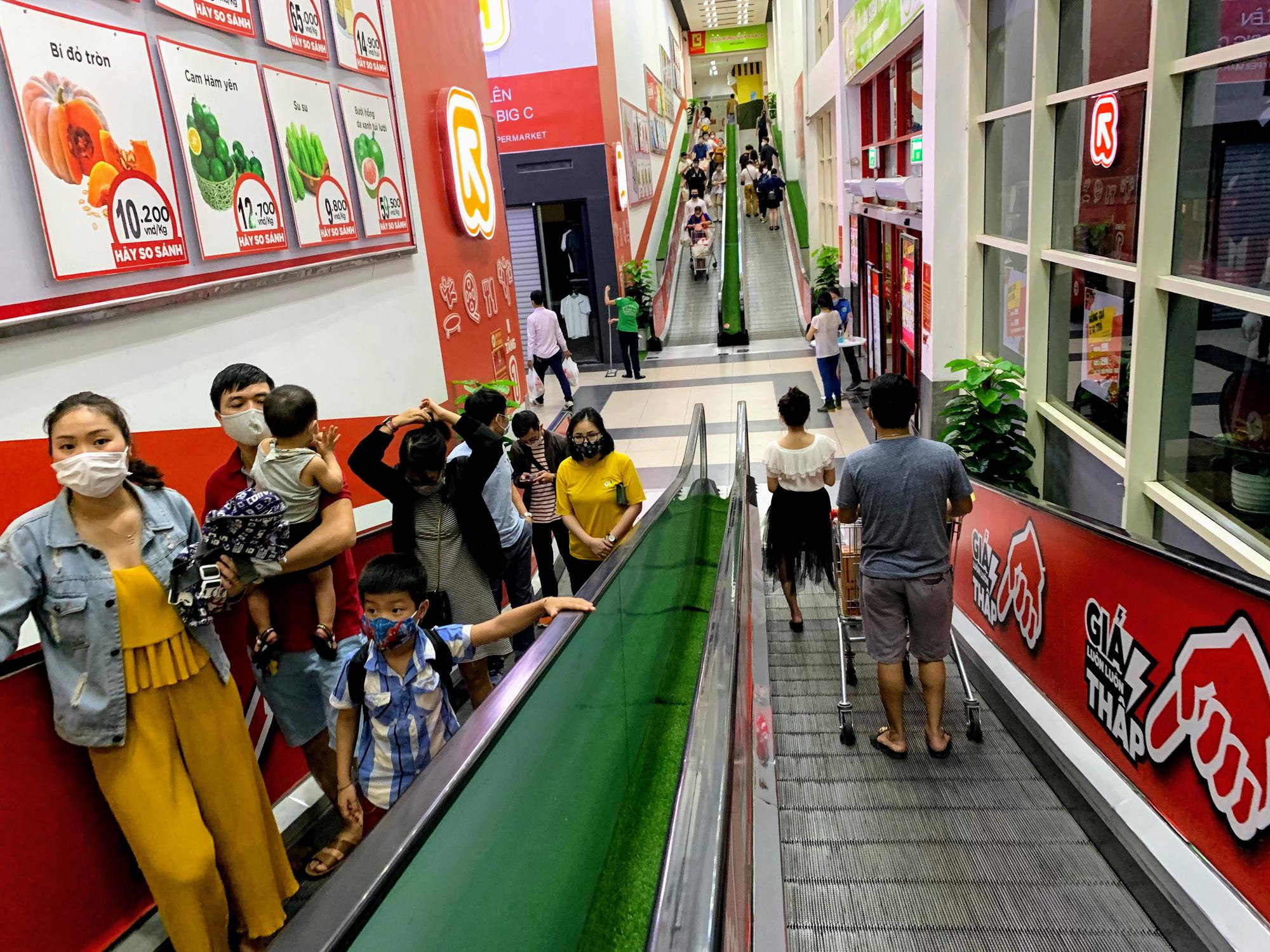 Trước giờ giới nghiêm, người Hà Nội ùn ùn kéo về siêu thị, mua sạch mì tôm, thực phẩm, giấy vệ sinh - Ảnh 1.