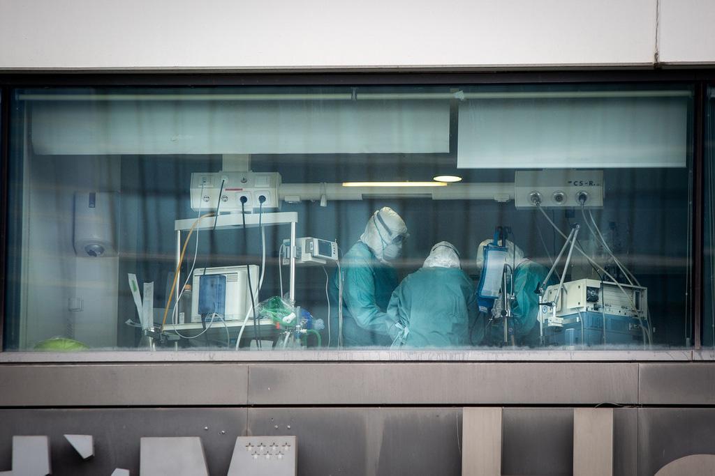 Trong phòng cấp cứu ở Tây Ban Nha, bác sĩ phải chọn ra người được sống - Ảnh 1.