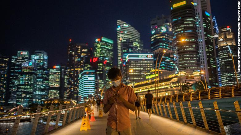 Singapore: Phạt 162 triệu đồng hoặc 6 tháng tù nếu không giữ cách nhau ít nhất 1 mét - Ảnh 1.